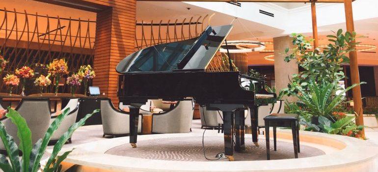 A black piano